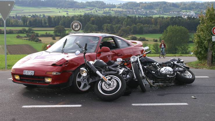 Der verletzte Motorradfahrer wurde verletzt ins Spital eingeliefert. (Symbolbild)