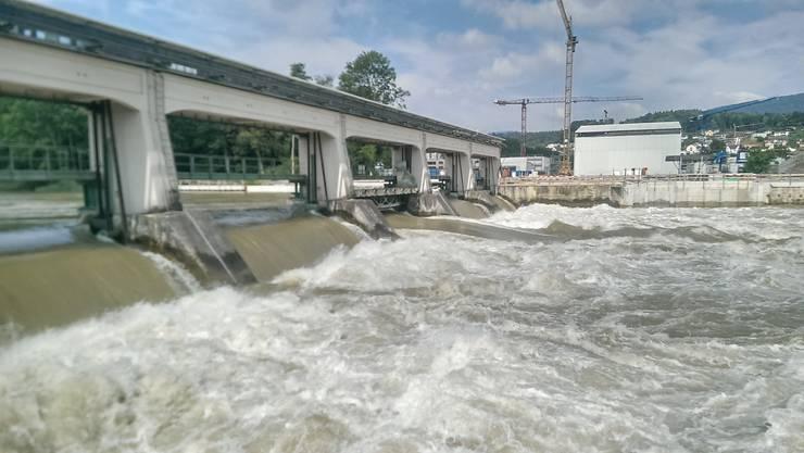 Strom aus Wasserkraft produziert das Axpo-Kraftwerk Rüchlig in Aarau . (Archiv)