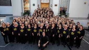 Michael Fricker (kniend) tourte als Leiter des London Rock Choir mit diesem in den letzten Jahren durch Europa. ZVG