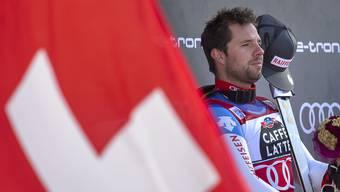 Beat Feuz hört im Zielraum in Wengen der Schweizer Nationalhymne zu. (Bild: Peter Klaunzer/Keystone; 18. Januar 2020)
