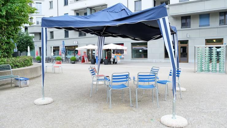 Die Pavillons auf dem Rapidplatz werden wieder weggeräumt, nachdem der Regen ihnen zugesetzt hat.