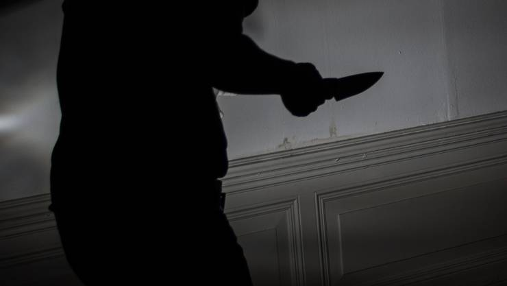 Unbekannte haben am Donnerstagmorgen in Basel einen betrunkenen 38-Jährigen mit einer Stichwaffe bedroht und beraubt. (Symbolbild)
