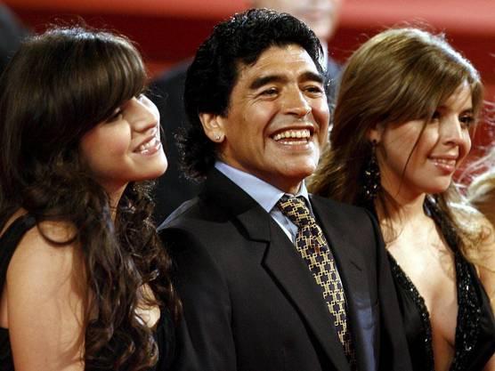 Fussballlegende Diego Maradona mit seinen Töchtern aus erster Ehe, Dalma (rechts) und Giannina, in einer Aufnahme von 2008.