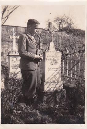 Der gehörlose Otto Bucher am Grab seiner Schwester Berta in Rathausen