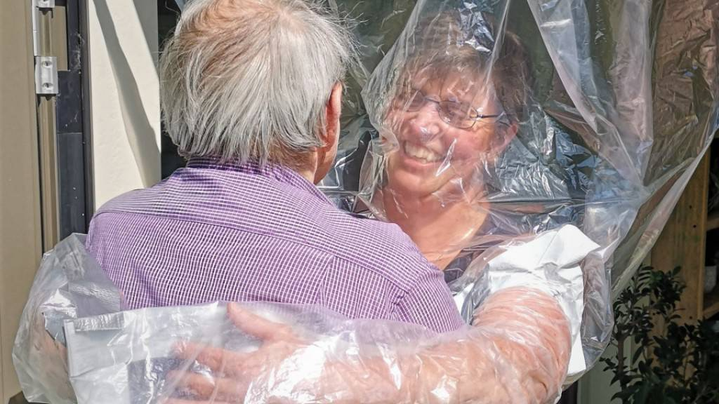 Berner Pflege-Institution experimentiert mit Umarmungsvorhang