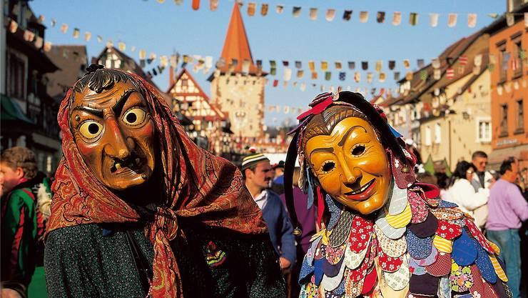 Traditionelle Holzmasken bei der Fasnacht in Gengenbach im Kinzigtal, südlich von Offenburg. Im Niggelturm hinter ihnen findet sich ein Fasnachtsmuseum. Gengenbach Kultur und Tourismus