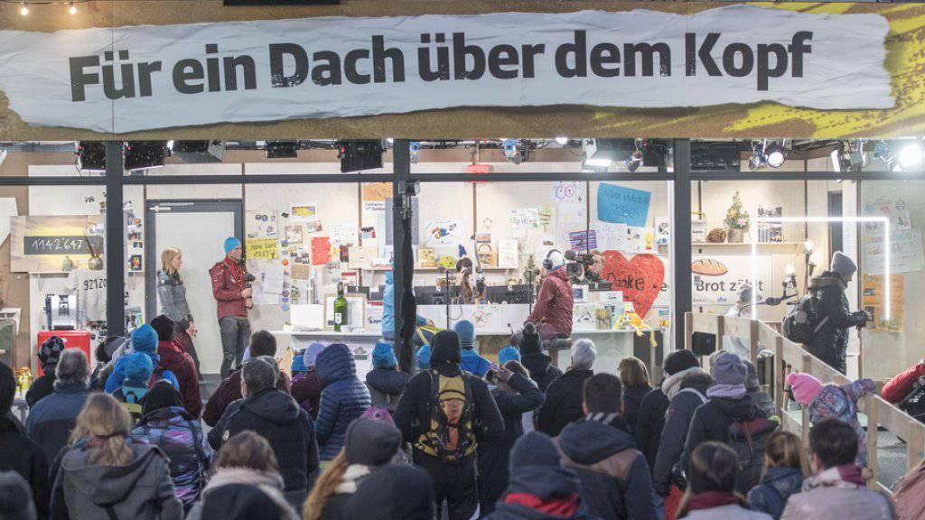 In und an der Glasbox wurde fleissig Geld gespendet, anlässlich der Aktion «Jeder Rappen zählt 2018», am 18. Dezember auf dem Europaplatz in Luzern.
