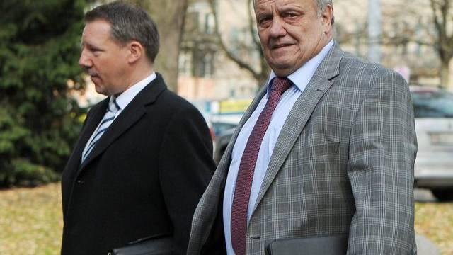 Fredi Hafner (rechts) mit seinem Anwalt vor dem Gericht
