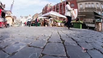 Besonders für ältere Menschen stellt der fugenreiche Boden auf dem Marktplatz ein Problem dar. Nicole nars-zimmer
