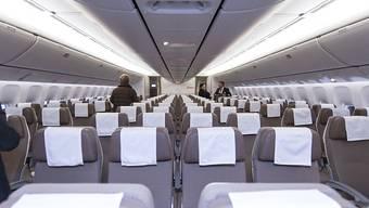 Fluggesellschaften müssen mehr über die Herkunft ihrer Passagiere wissen, damit sie ihnen ein passenderes Essen über den Wolken servieren können. (Archivbild Boeing 777-300ER der Swiss)