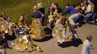 In Wärmedecken gehüllt warten Postangestellte auf den erlösenden Bescheid – kein Anthrax, nur Stärke.