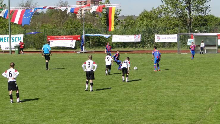 Ein Bild von der Mini-EM in Tschechien. Robin und Noah spielen mit dem FCB gegen Man United.