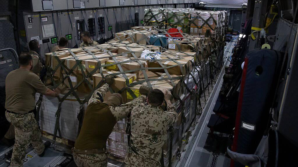 HANDOUT - Ein Airbus A400M der deutschen Bundeswehr wird vor dem Flug nach Kabul mit Hilfsgütern beladen. Foto: -/Bundeswehr/dpa - ACHTUNG: Nur zur redaktionellen Verwendung im Zusammenhang mit der aktuellen Berichterstattung und nur mit vollständiger Nennung des vorstehenden Credits