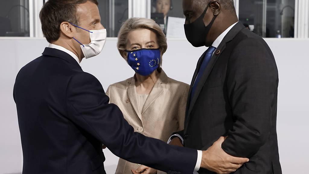 Emmanuel Macron, Präsident von Frankreich, begrüßt Ursula von der Leyen, Präsidentin der Europäischen Kommission, und Moussa Faki, Vorsitzender der Kommission der Afrikanischen Union. Foto: Ludovic Marin/POOL AFP/AP/dpa