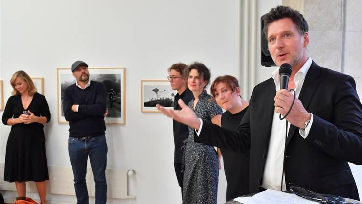 Bei der Erstauflage des International Photo Festivals gab es im Kunstmuseum eine Pop-up-Ausstellung. Hier hält Marco Grob die Vernissagerede.