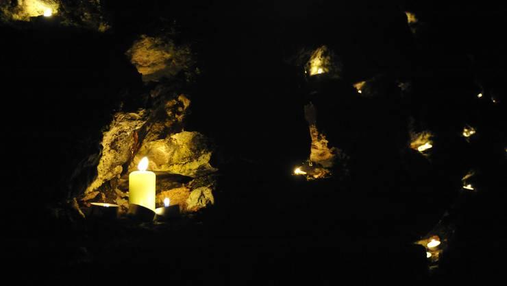 In der Adventszeit erhellen Kerzen die Verenaschlucht.