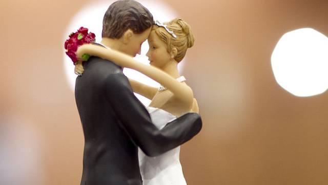 Zwei Figuren auf einer Hochzeitstorte (Symbolbild)