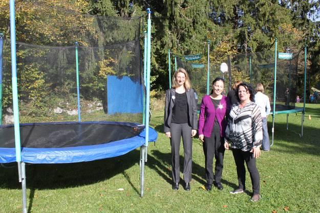 Übergabe der beiden von Verein Kinderkleiderbörse gesponserten Trampline mit von links den vereinsvertreterinnen Marion Caracciolo und Gabriella Moser sowie OK-Präsidentin Maya Karlen
