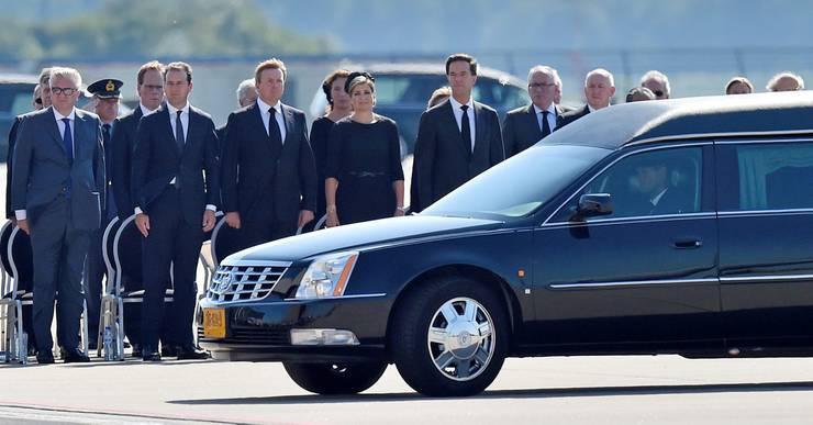 König Willem Alexander und Königin Maxima beim Empfang der Absturzopfer.