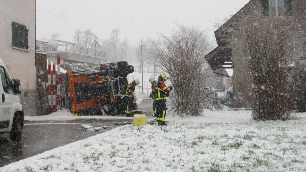 In Hägglingen AG geriet ein Salzstreuwagen aufgrund des Schneefalls ins Rutschen und kam schliesslich an einer Steinmauer zum Stillstand.