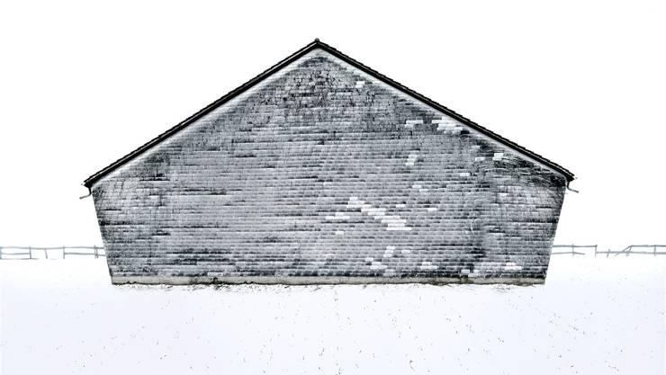 In seiner Serie «Wetterseiten» zeigt der Schweizer Fotograf die Rückseiten von verlassenen Scheunen.