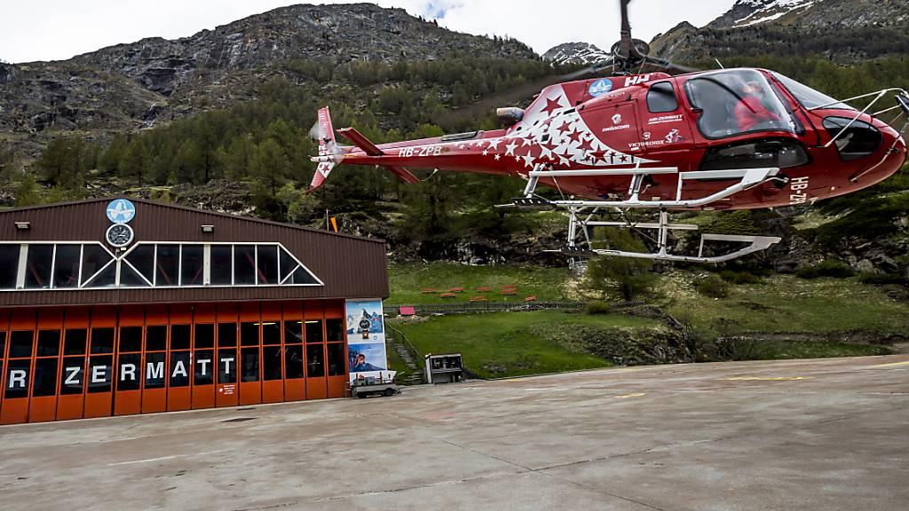 Ein 30-jähriger Portugiese ist nach einem Sturz von einem Sesselbahnmasten oberhalb von Zermatt VS im Spital seinen Verletzungen erlegen. (Archivbild)