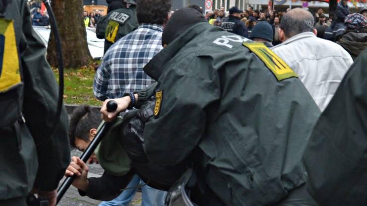 Einige Demonstranten warfen Rauchbomben gegen Polizisten, die ihrerseits Schlagstöcke einsetzten.