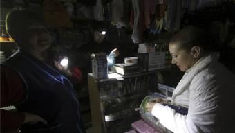 Ohne Strom: Eine Kundin besucht einen Werkzeugladen während des Cyber-Blackouts. Weite Teile der Ukraine wurden lahmgelegt.Reuters/Pavel Rebrov