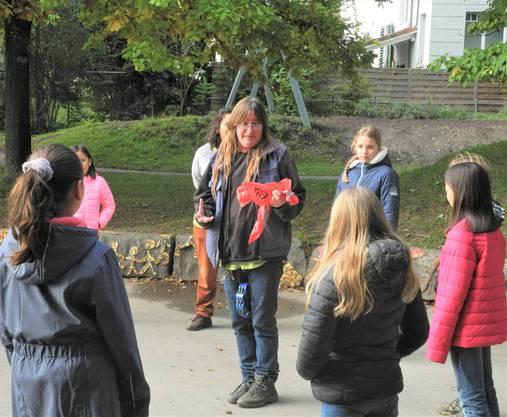 Kursleiterin Mirjam Spring klärt die Kinder über den Igel und dessen Umwelt auf.