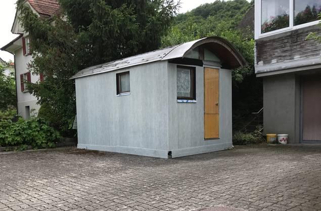 In dieser Hütte auf dem Parkplatz seines Elternhauses soll der Beschuldigte zwischenzeitlich in der Schweiz gelebt haben.