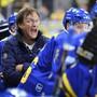 Möglicherweise hat er ihnen kurz zuvor mit einem Shakra-Song die Hölle heiss gemacht: Davos-Cheftrainer Arno Del Curto bei einem Spiel seiner Mannschaft gegen den HC Fribourg-Gotteron Ende September.