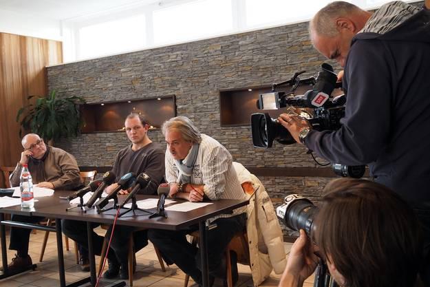 Bruno Gisler (Mitte) tritt NWS-Verbandsarzt Urs P. Martin (rechts) und Kommunikationsprofi Dagobert Cahannes vor die Medien. Alle machen auf Betroffen - und erzählen Märchen.