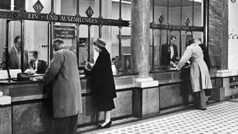 Keine Referenz für die Zukunft: Schalterhalle aus dem Offline-Zeitalter des Bankgeschäfts.key