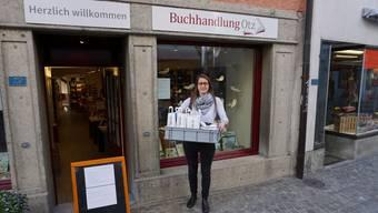 «Wir packen das!»: Kathrin Steinmann mit der ersten Bücher-Lieferung der Notlage.