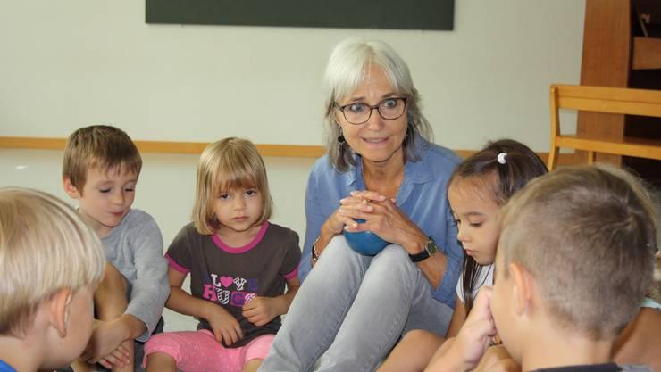 Volle Aufmerksamkeit: Barbara Eckinger führt die erste Rhythmiklektion der Kindergartenkinder.