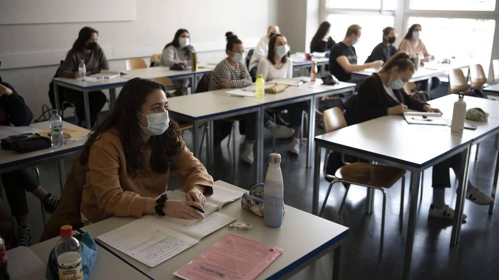 Bringt Delta eine erneute Maskenpflicht in Schulen?