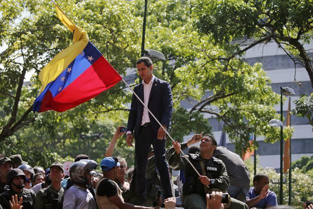 «Als Interimspräsident von Venezuela, als rechtmässiger Oberkommandierender der Streitkräfte, rufe ich alle Soldaten dazu auf, sich uns anzuschliessen», sagte der Oppositionsführer am Dienstag auf einer Schnellstrasse nahe dem Luftwaffenstützpunkt La Carlota.