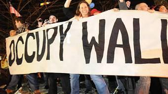Occupy-Aktivisten tanzen auf heruntergerissenen Barrikaden