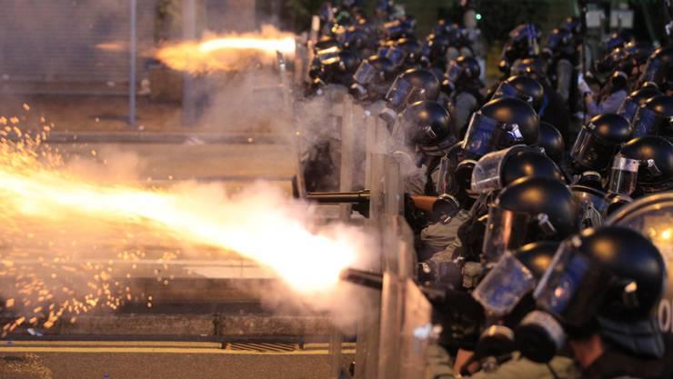 In der Nähe der chinesischen Vertretung setzte die Polizei am Abend (Ortszeit) Tränengas und Gummigeschosse gegen die verbliebenen Demonstranten ein.