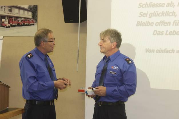 Gerber (links) überreicht Nachfolger Hugo Kohler, den Poliizeipager und neue Visitenkarten
