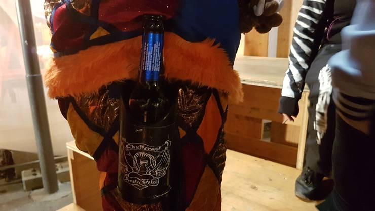 Ein Bierhalter gehört zum Guggenkostüm dazu.