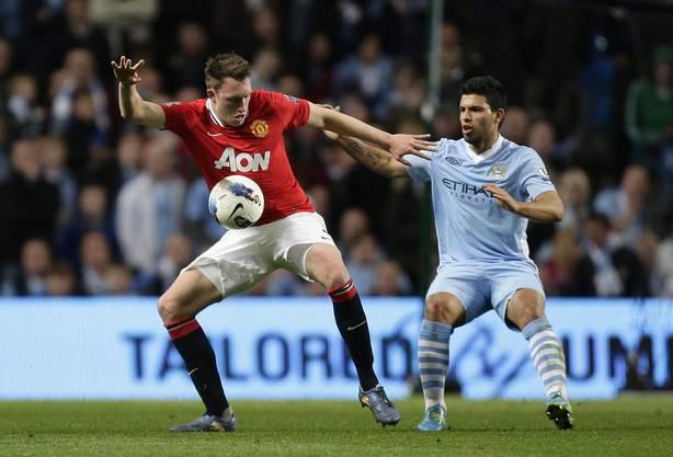 Sergio Aguero (rechts) kämpft gegen Manchester Uniteds Phil Jones um den Ball