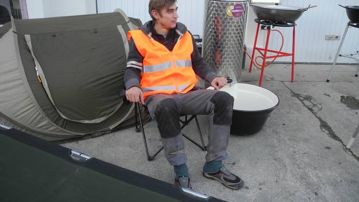 Feldbett, Zelt und Wasserbehälter sind nur ein kleiner Teil der g anzen Ausrüstung.
