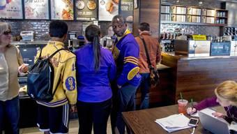 Nach einer umstrittenen Festnahme von zwei Afroamerikanerin in einer Filiale schickt Starbucks rund 175'000 Beschäftigte in ein Anti-Rassismus-Training. (Symbolbild)