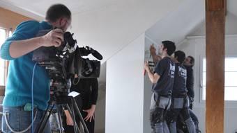 Die Mitarbeiter der Schreinerei Weiss GmbH werden bei den Umbauarbeiten von einen TV-Team gefilmt.