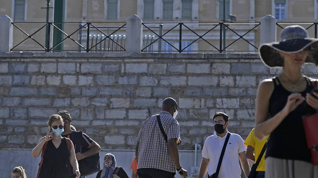 ARCHIV - Die griechische Regierung will mit den Lockerungen vor allem Ungeimpfte dazu bewegen, sich impfen zu lassen. Foto: Thanassis Stavrakis/AP/dpa