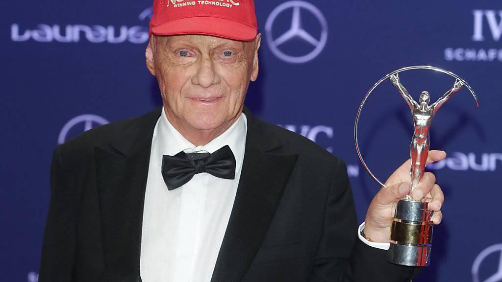 Die rote Kappe ist zum Markenzeichen geworden von Niki Lauda