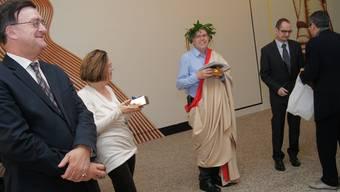 Rektor Werner De Luca (ganz rechts) ueberreicht dem Autorenteam der Festschrift ein kleines Geschenk.
