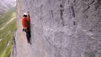 Diese Bilder zeigen eindrücklich, wie eine Kletterroute entsteht. Dazu gehören auch Rückschläge und Stürze von mehreren Metern, bis das Seil Wohlleben auffängt.