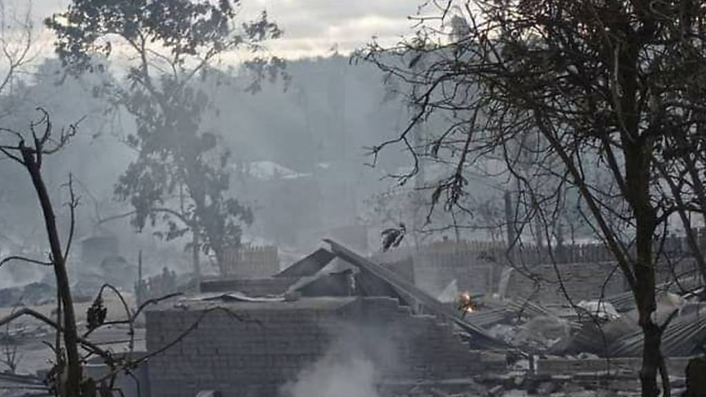 Rauch steigt von schwelenden Häusern im Dorf Kinma in der Gemeinde Pauk in Zentral-Myanmar auf. Das Militär in Myanmar hat eine ganze Ortschaft angezündet und zum Grossteil in Schutt und Asche gelegt.